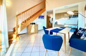 Wohnraum, Küche und Galerie von Ferienwohnung A8